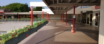 Bloemrijke waterkering - impressie_bloembakken_winkelcentrum