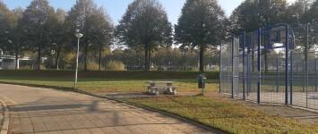 Speelgelegenheid voor jonge kinderen, naast voetbalkooi - 20191031_100030